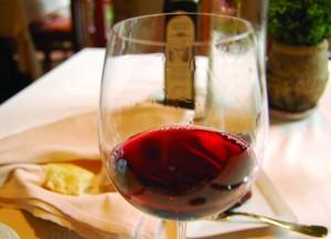 Čaša sa crvenim vinom